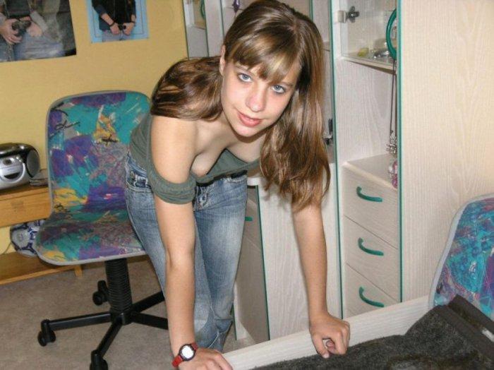 Молодая девушка засветила грудь заправляя кровать