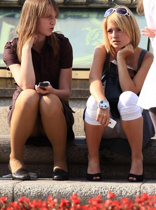 Две девушки в леггинсах и колготках светят своими трусиками
