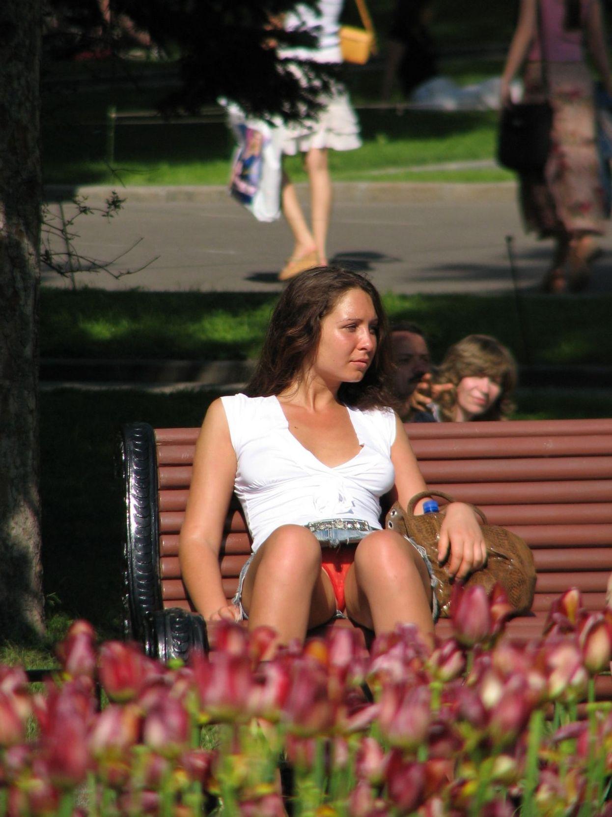 Девушка засветила в парке прозрачные красные трусики