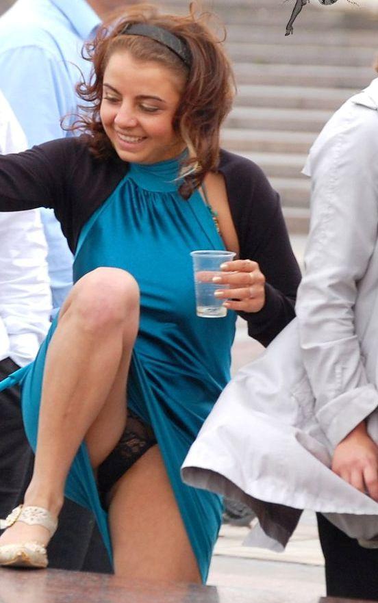 Девушка в синем платье засветила черные кружевные трусики