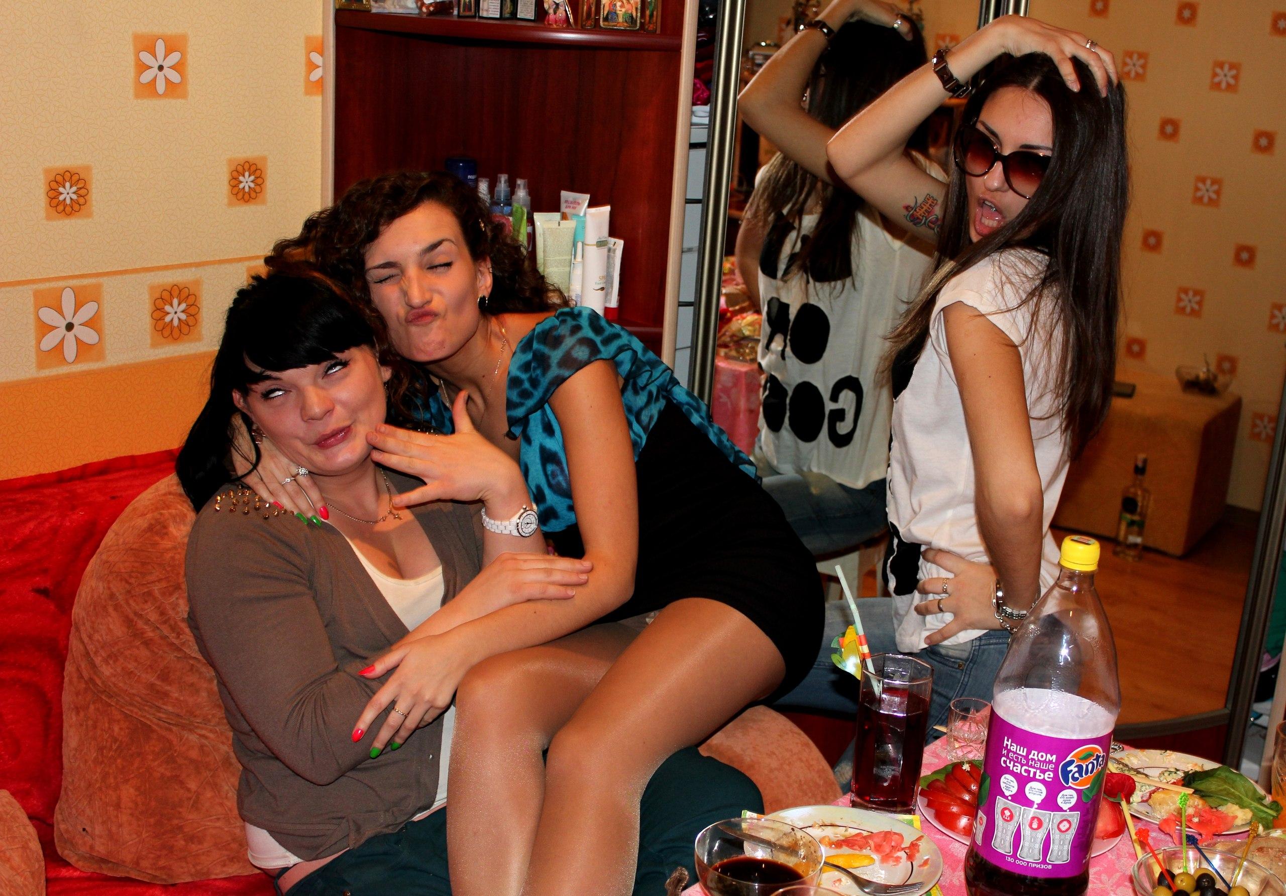 Девочки веселятся за праздничным столом