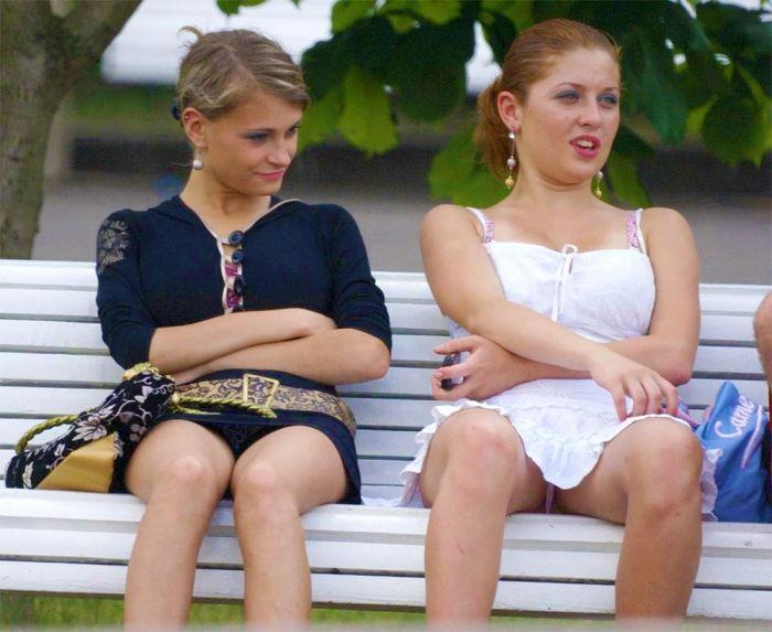 Две девушки в коротких юбках светят своими трусиками