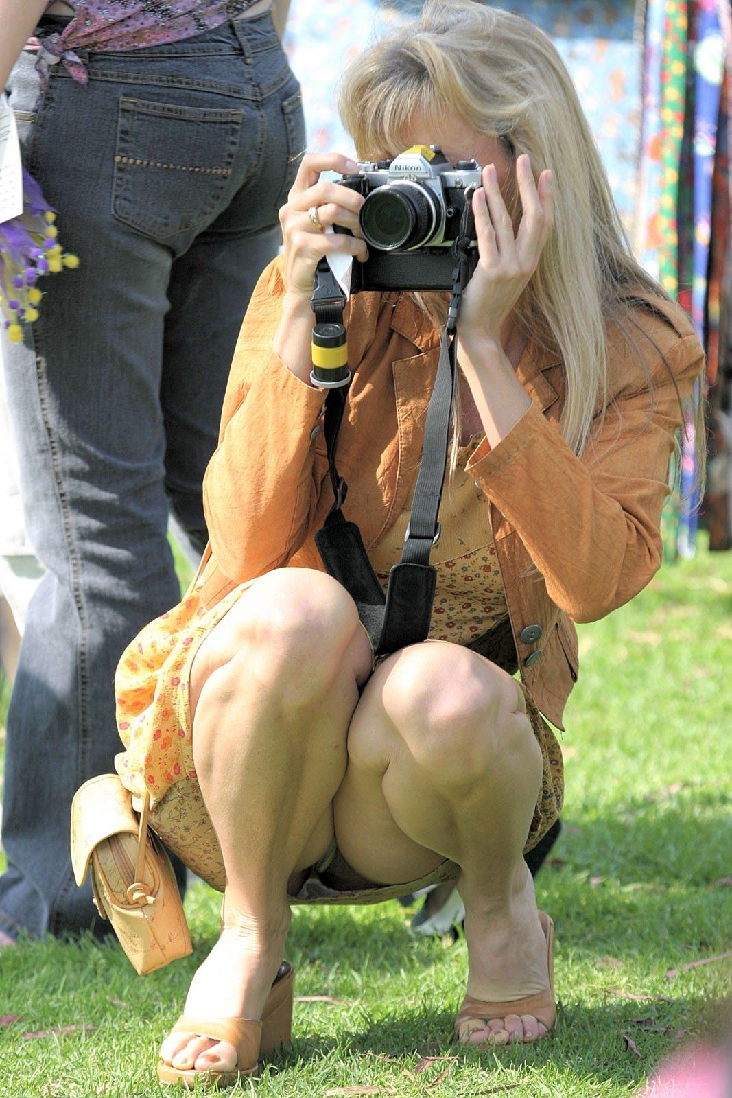 Блондинка с фотоаппаратом засветила трусики под платьем