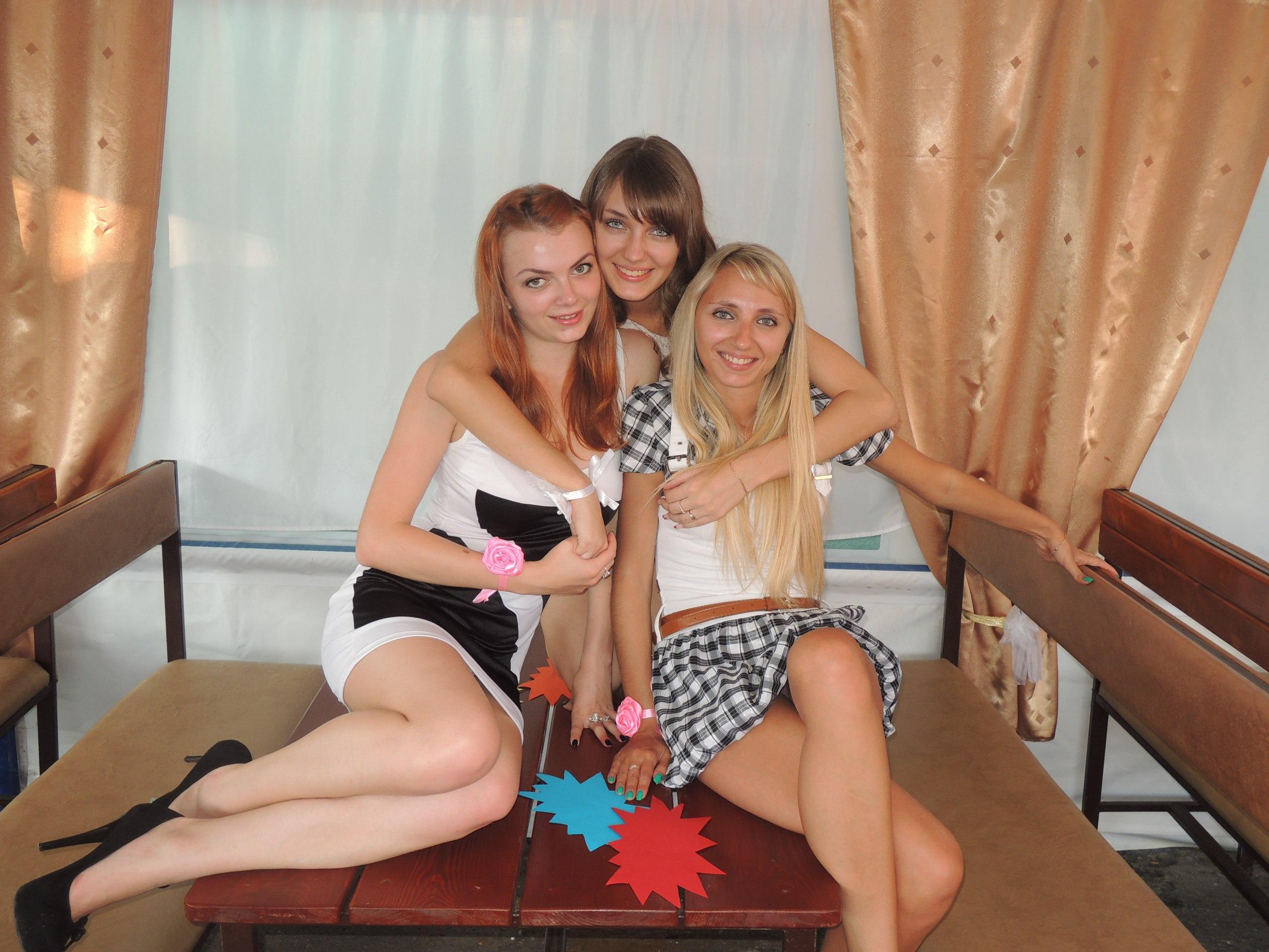 Сексуальные девочки светят трусиками под мини-платьями