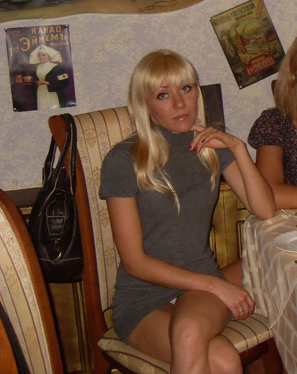 Блондинка в сером мини-платье засветила белые трусики