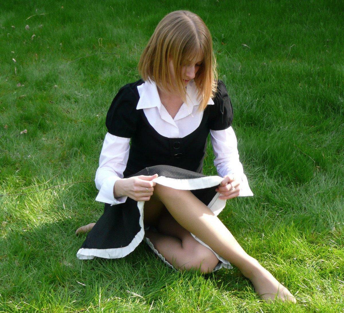 Девушка в платье засветила трусики под колготками