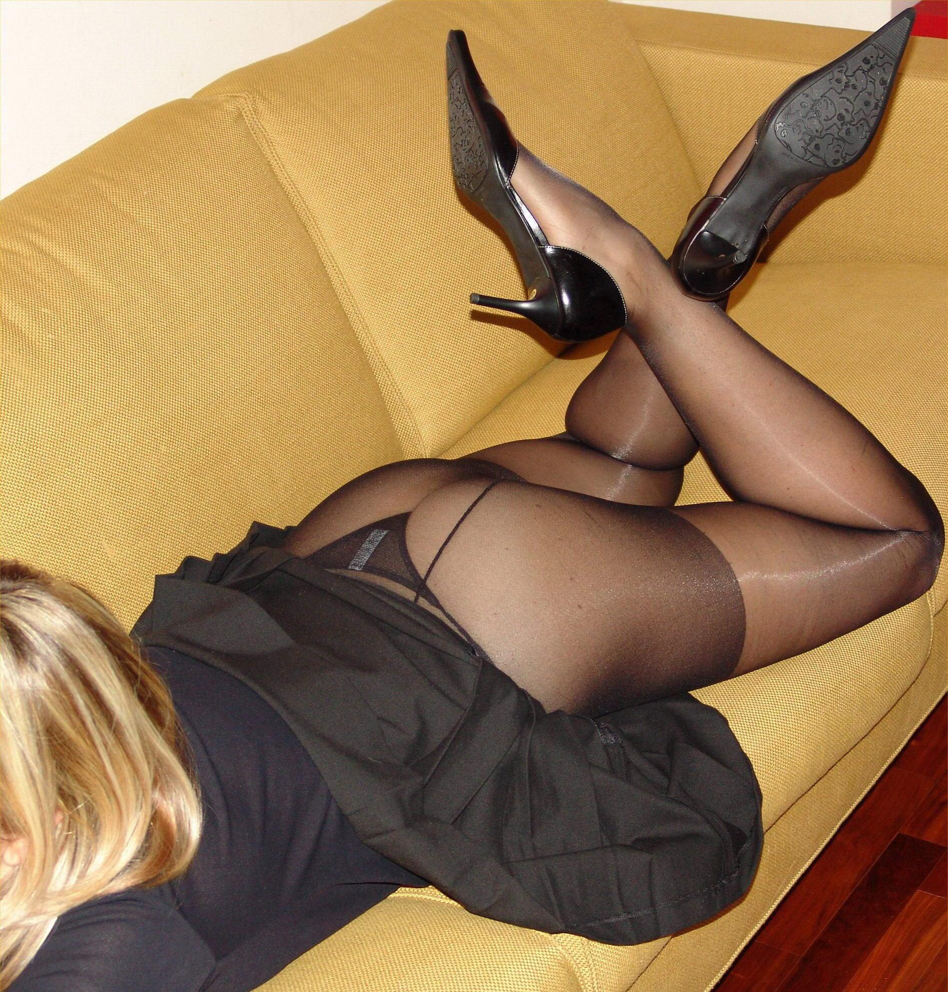 Блондинка в короткой юбке и колготках засветила черные стринги