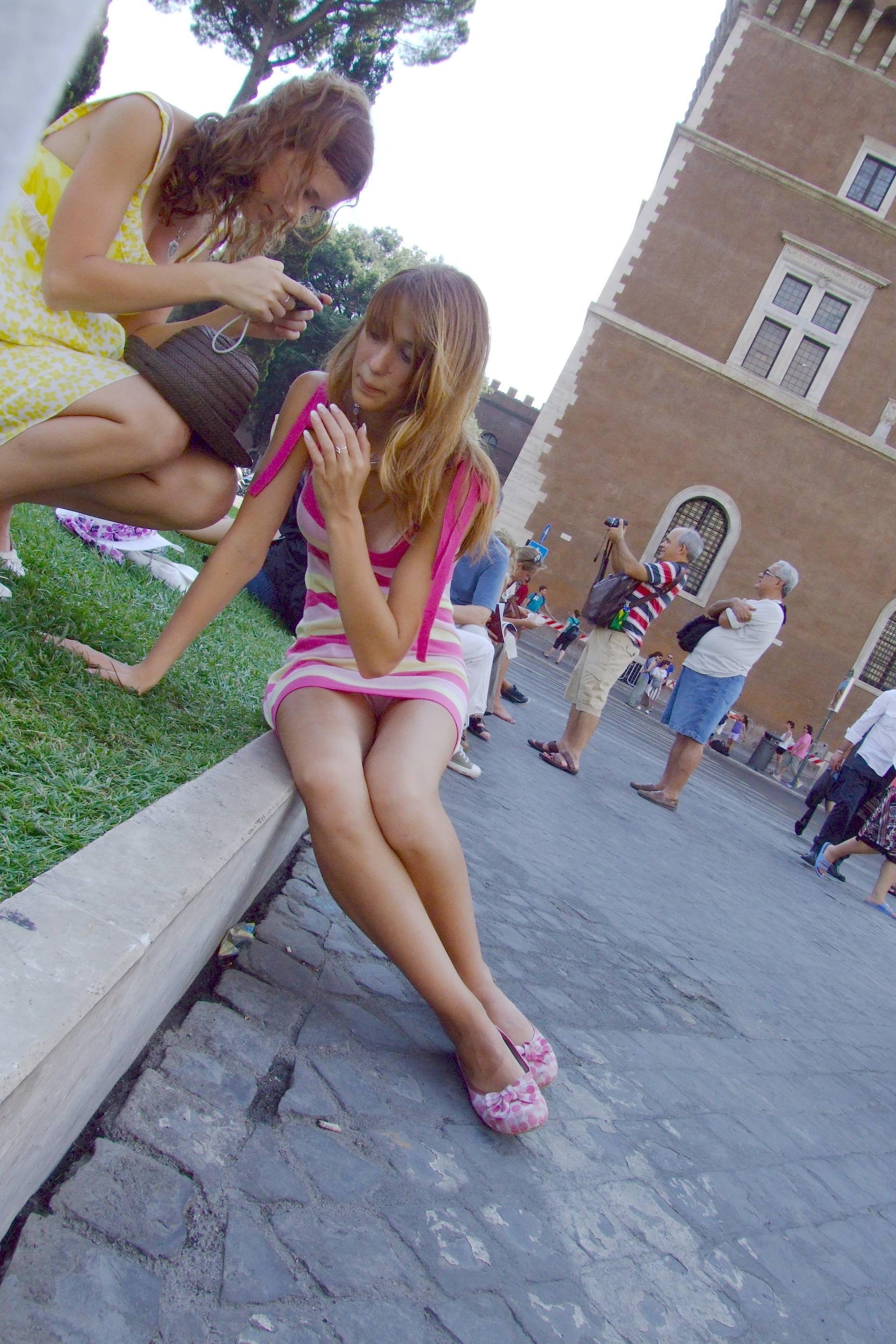 Блондинка в полосатом мини-платье засветила розовые трусики