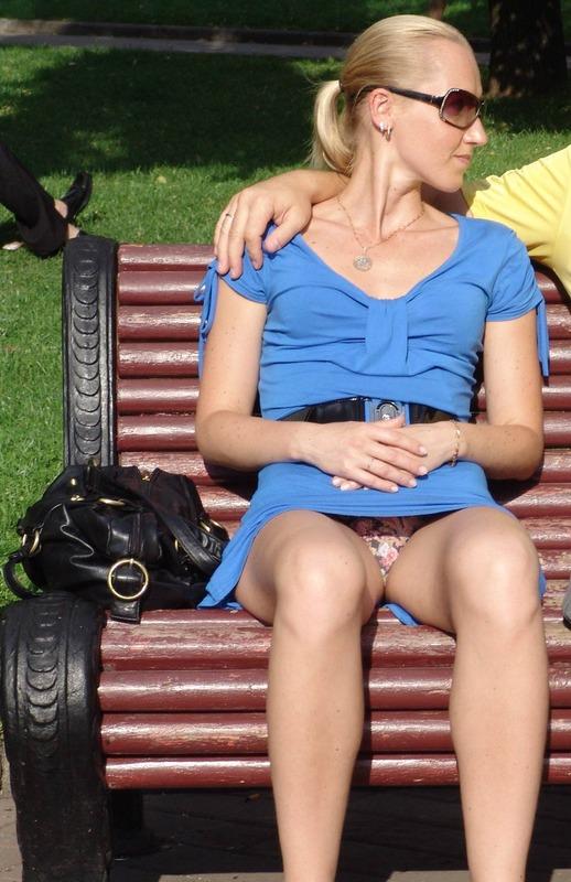 Девушка в синем мини-платье засветила розовые трусики