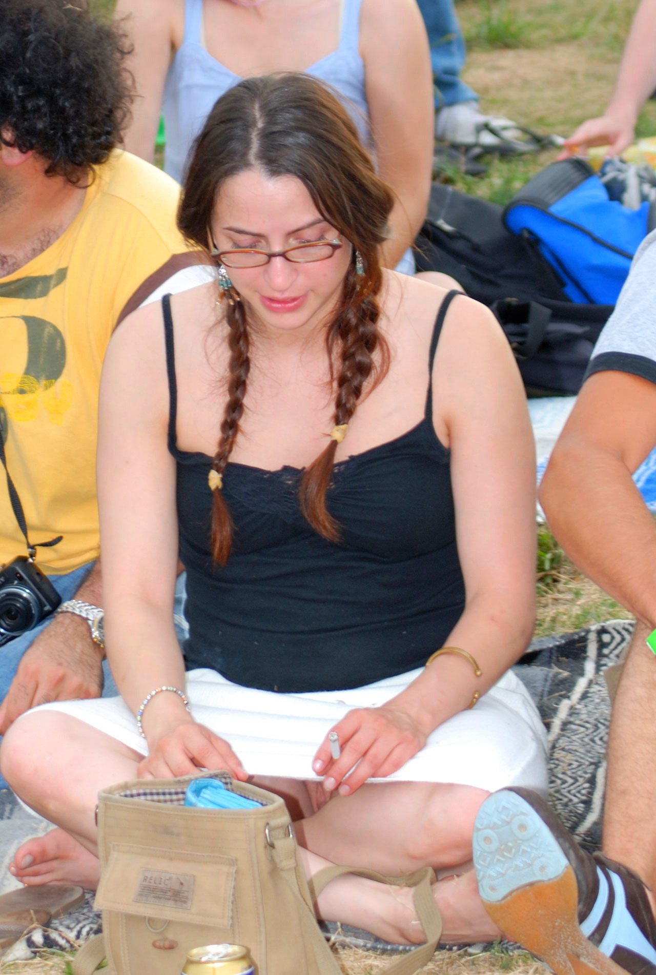 Девушка в белой-мини-юбке засветила свою киску