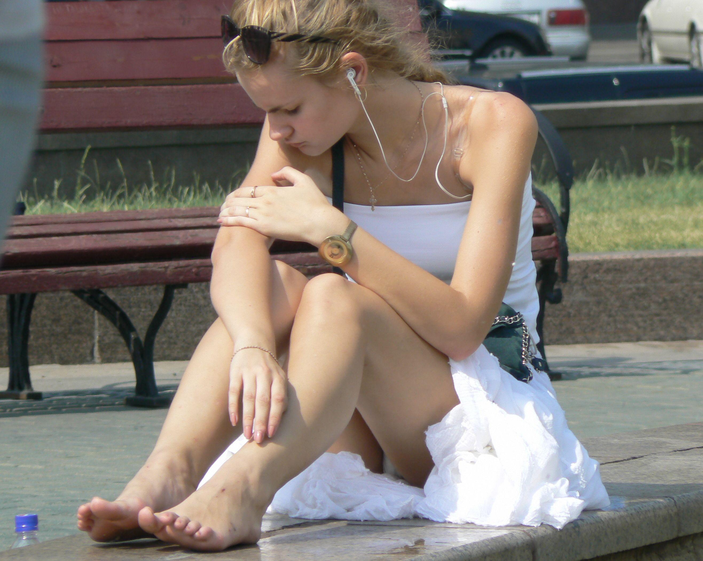 Девушка в легком платье засветила белые трусики