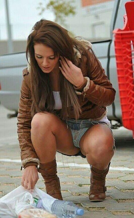 Девушка в джинсовой мини-юбке засветила голубые трусики