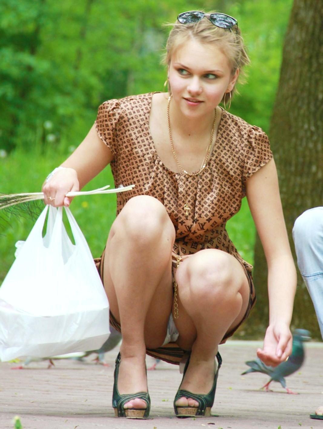 Молодая девушка засветила под платьем трусики с прокладкой