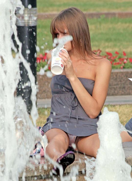 Девушка у фонтана засветила под платьем блестящие трусики