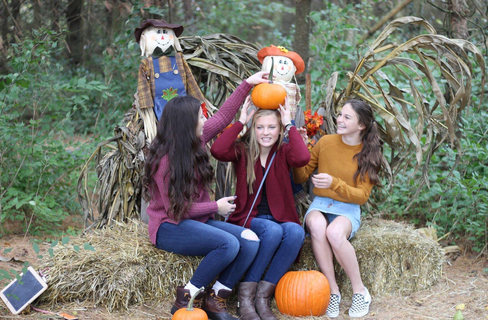 Девушка в мини-юбке засветила трусики на Хеллоуин