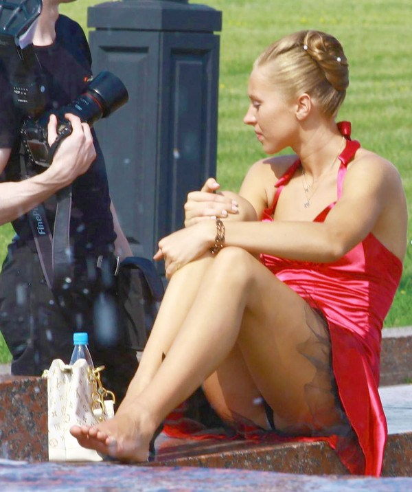 Девушка в красном платье засветила черные трусики с прокладкой