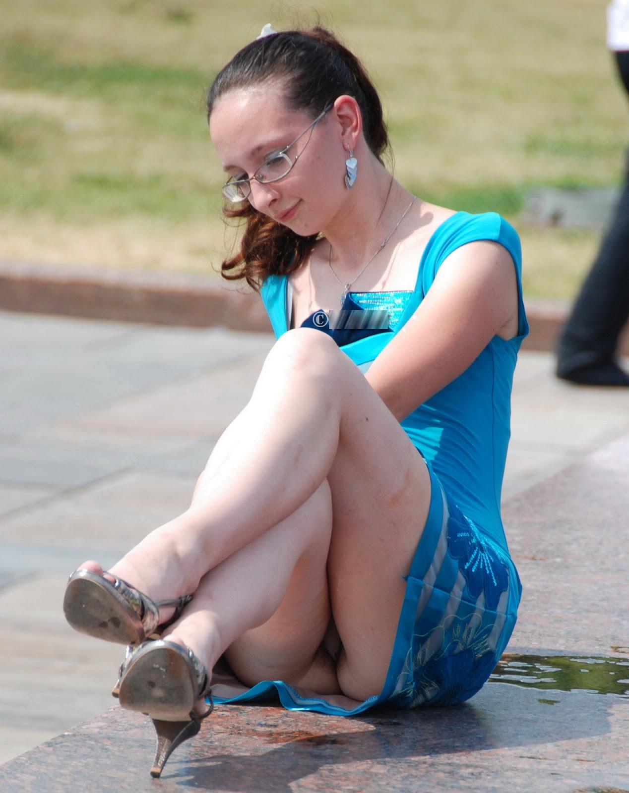Девушка засветила стринги под легким голубым платьем