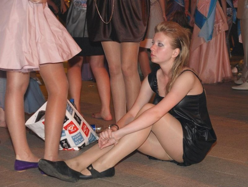 Выпускница в черном платье засветила колготки под юбкой