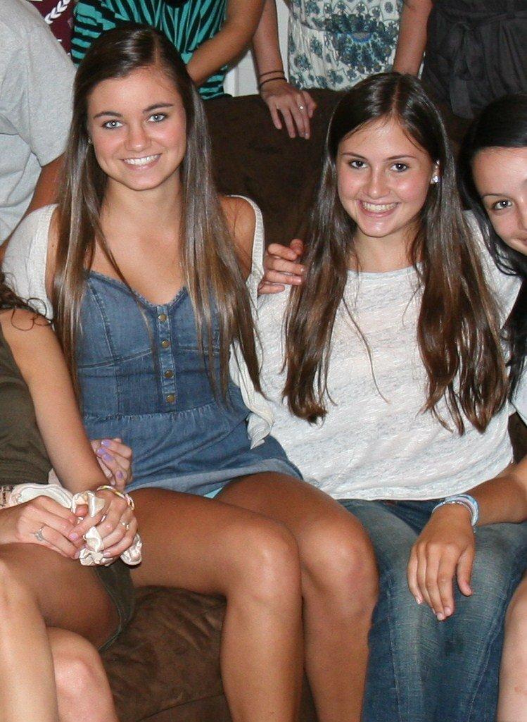 Девушка в джинсовом мини-платье засветила свои трусики