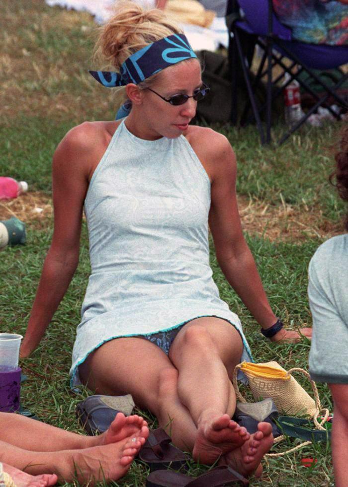 Девушка в легком мини-платье засветила прозрачные трусики