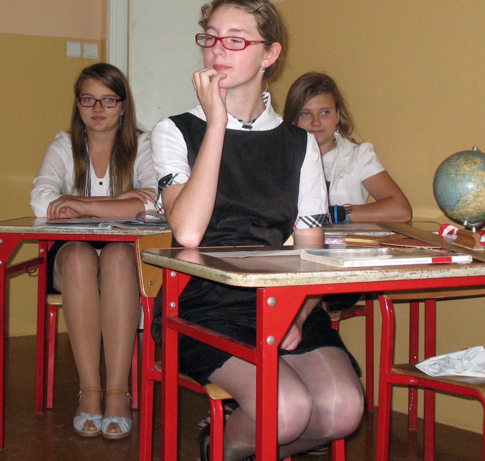 Школьница в мини-юбке засветила трусики под колготками