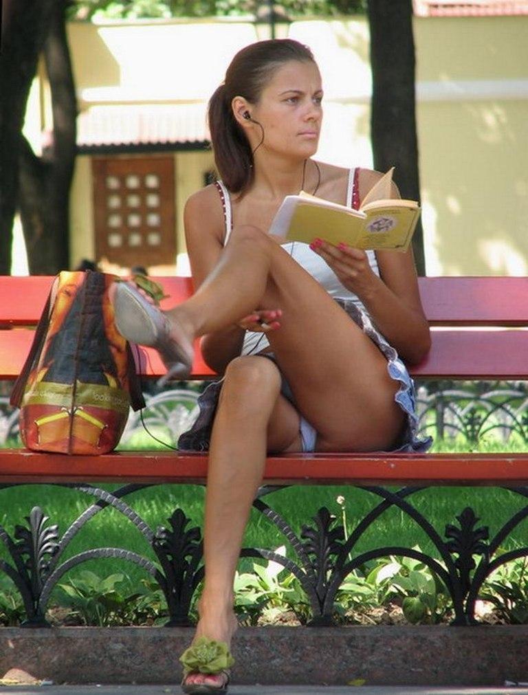 Сидячий апскирт девушек в парке фото 522-211