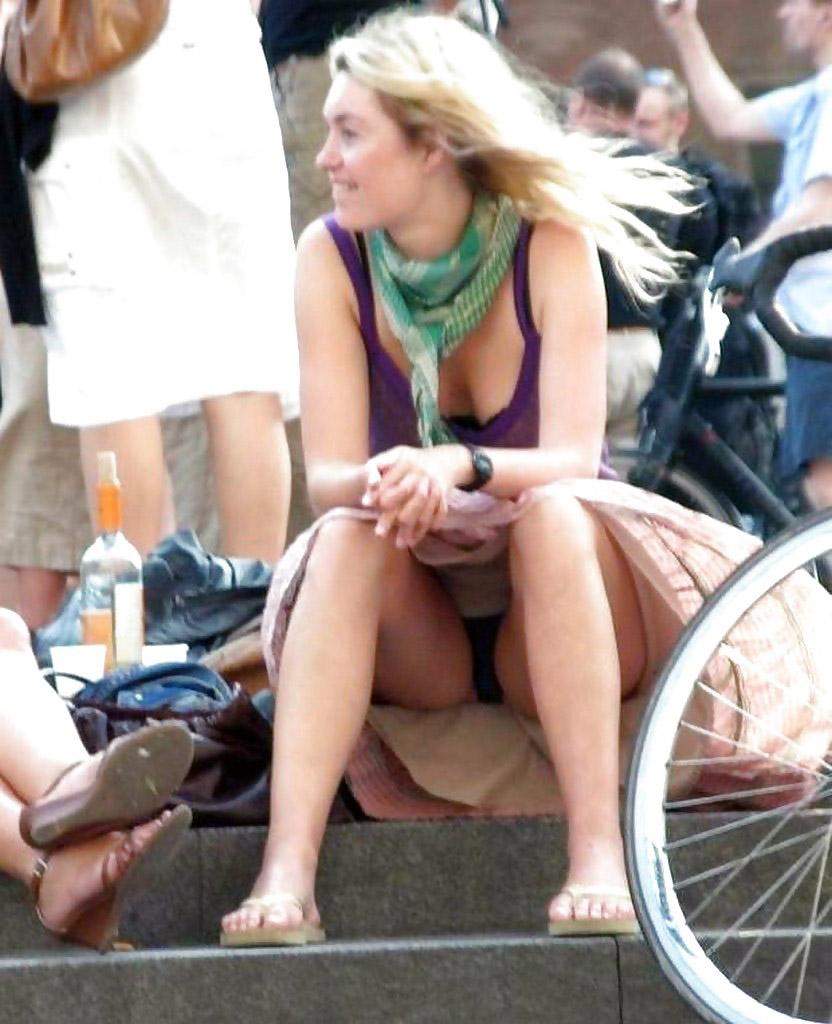 Блондинка в бежевой юбке засветила черные трусики