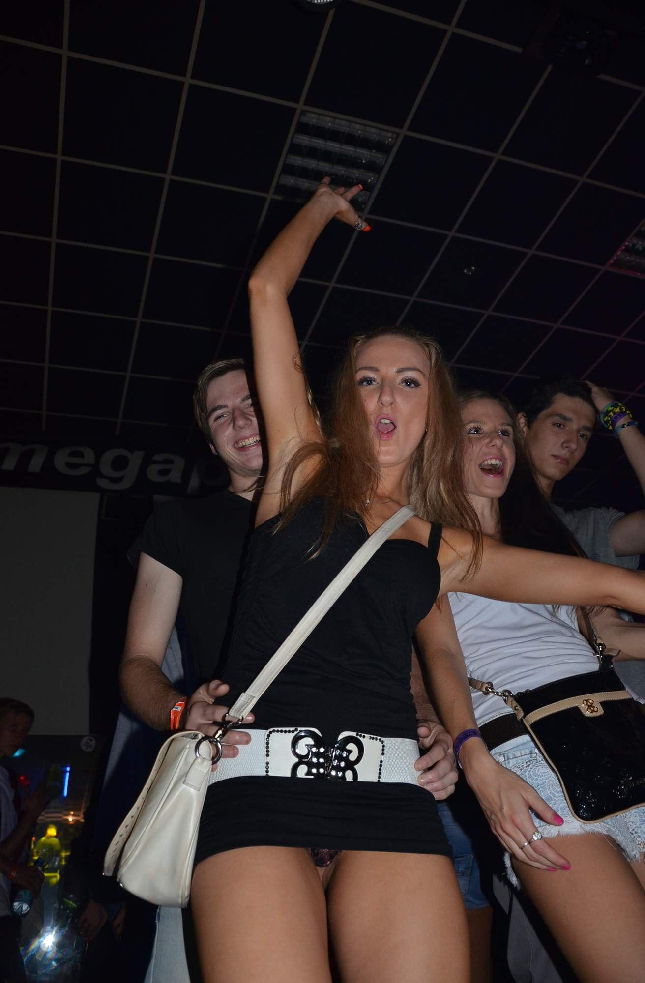 Девушка в черном мини-платье засветила трусики в клубе