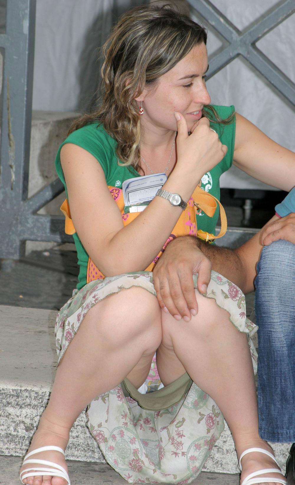 Девушка в легкой юбке засветила трусики с прокладкой