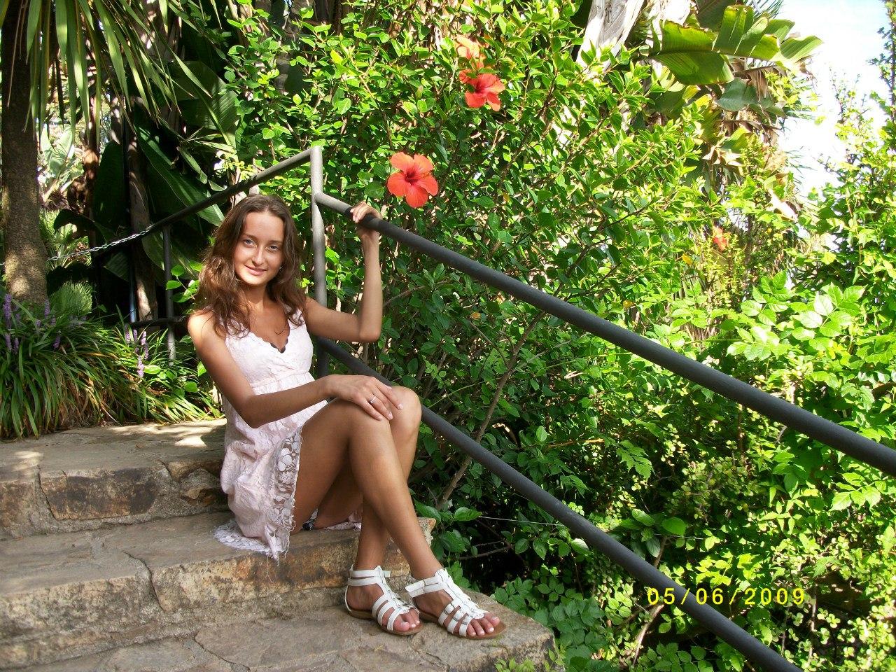 Девушка в легком платье светит трусиками с прокладкой
