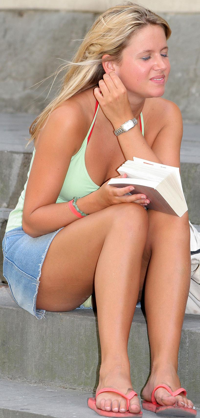 Блондинка в джинсовой мини-юбке засветила белые трусики