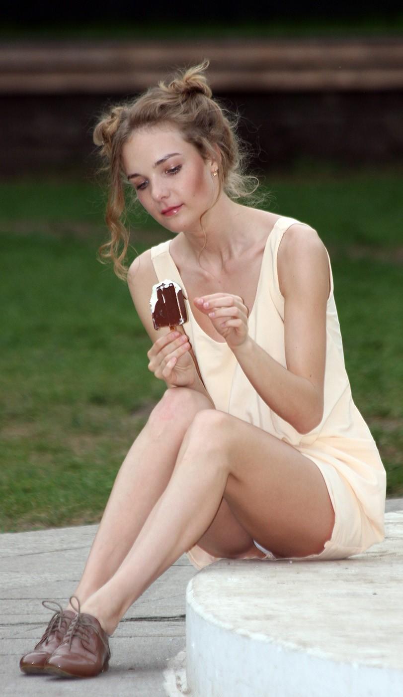 Девушка в легком светлом платье засветила белые трусики