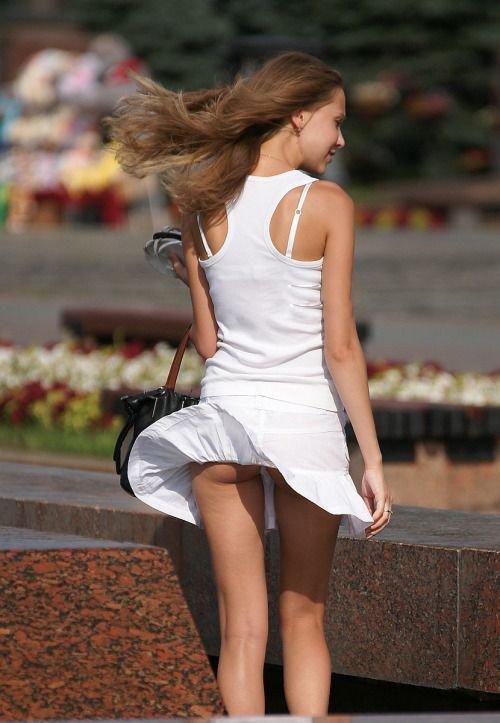 Девушка в белом платье засветила свою попку