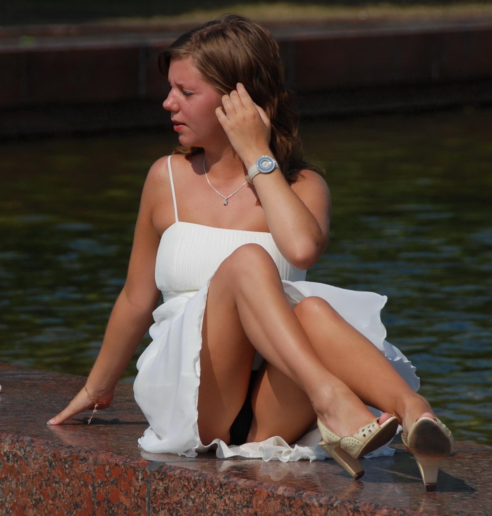 Девушка в белом платье засветила черные трусики