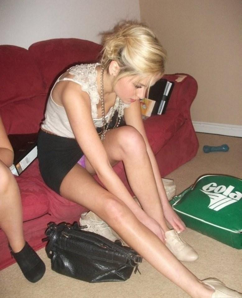 Блондинка в черной мини-юбке засветила фиолетовые трусики