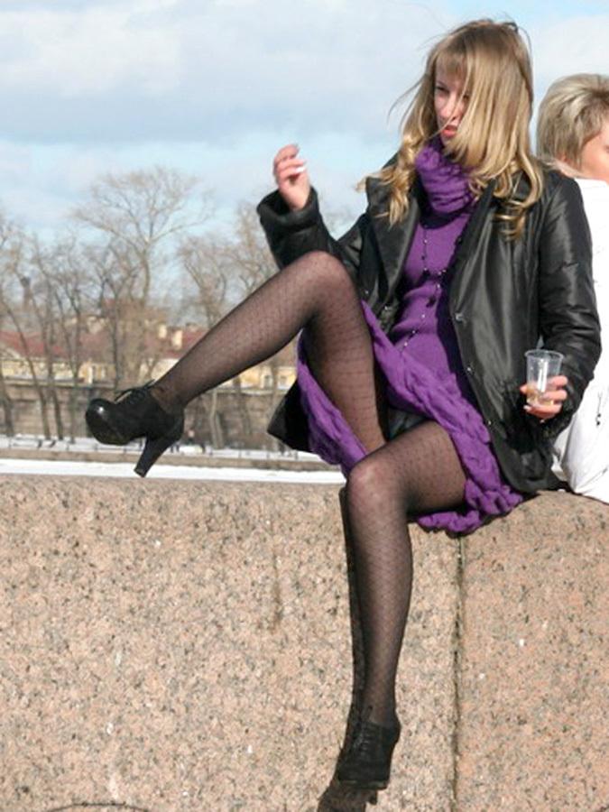 Блондинка в легком платье засветила трусики под колготками