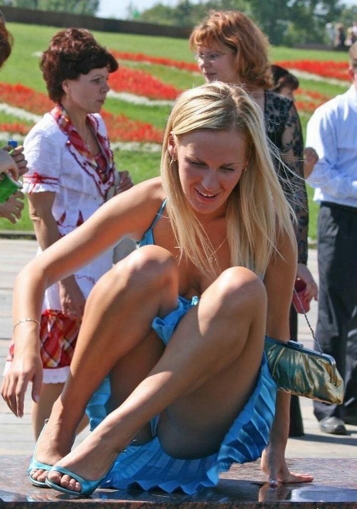 Блондинка в голубом мини-платье засветила белые трусики
