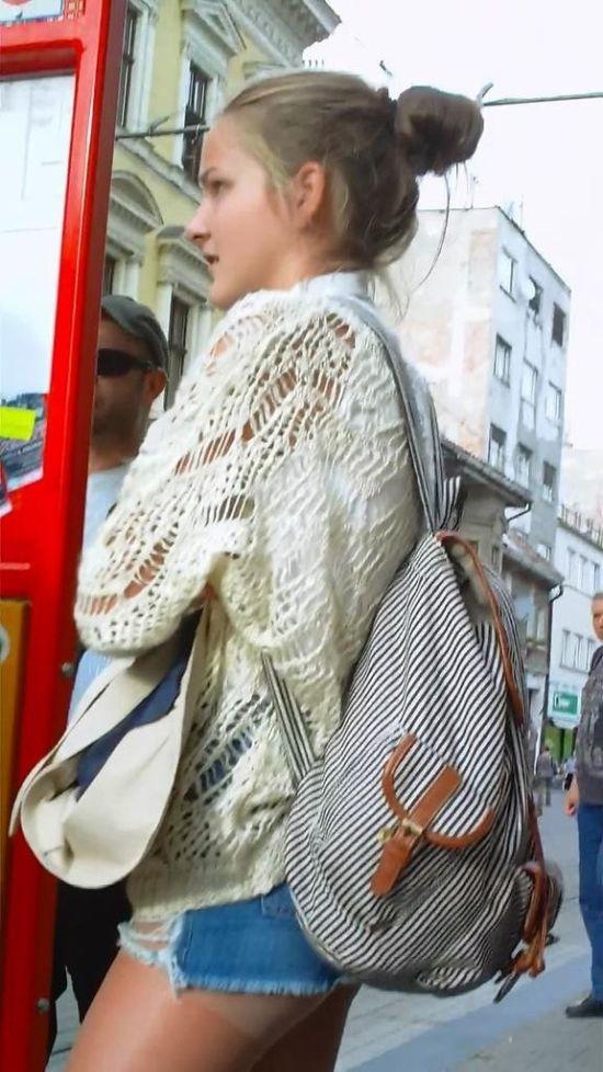 Девушка в колготках и мини-шортах засветила свою попку