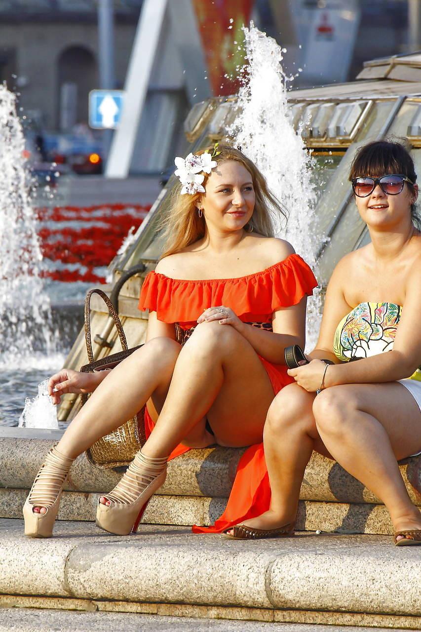 Блондинка в оранжевом платье засветила черные трусики