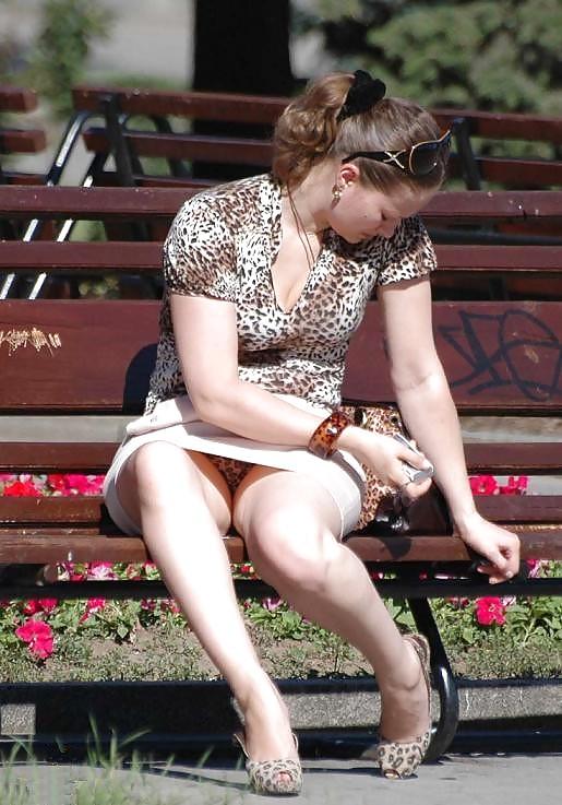Леопардовые трусики под белой мини-юбкой