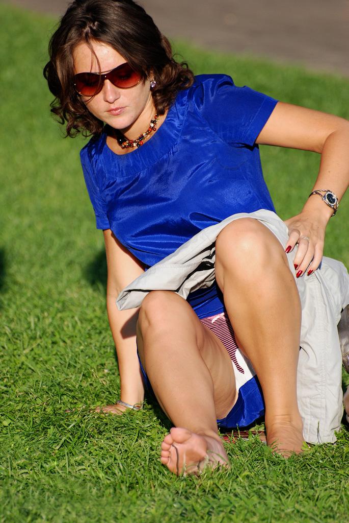Девушка в синем платье засветила трусики с прокладкой