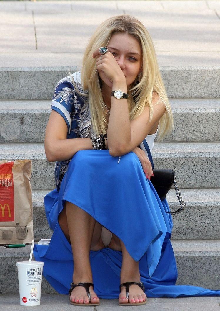 Блондинка засветила под платьем бежевые трусики