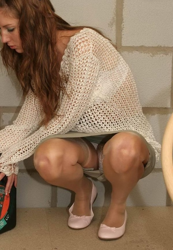 Девушка в чулках и мини-юбке засветила белые трусики