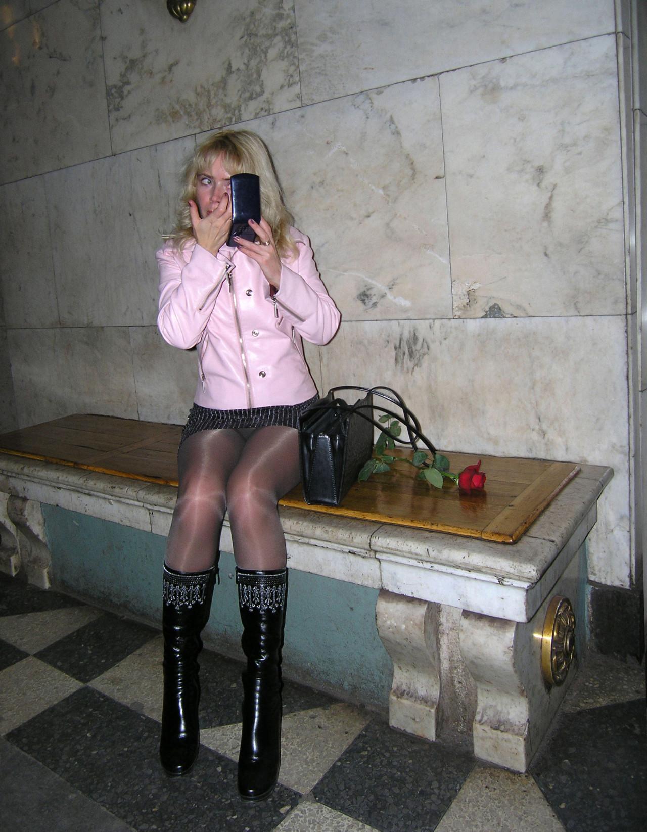 Блондинка в мини-юбке засветила черные колготки