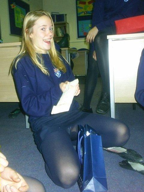 Студентка в мини-юбке засветила трусики под колготками