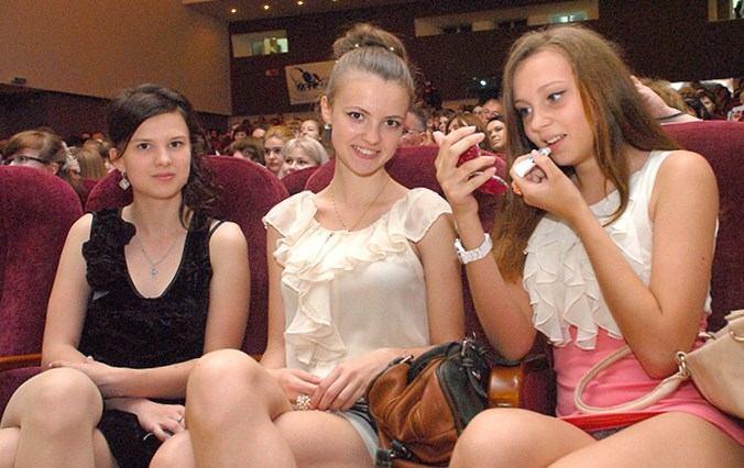Студентка в розовом платье засветила трусики в актовом зале