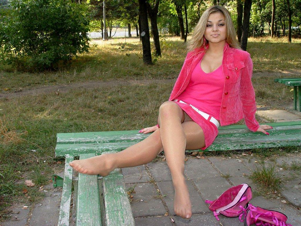 Блондинка в розовом засветила колготки под мини-юбкой