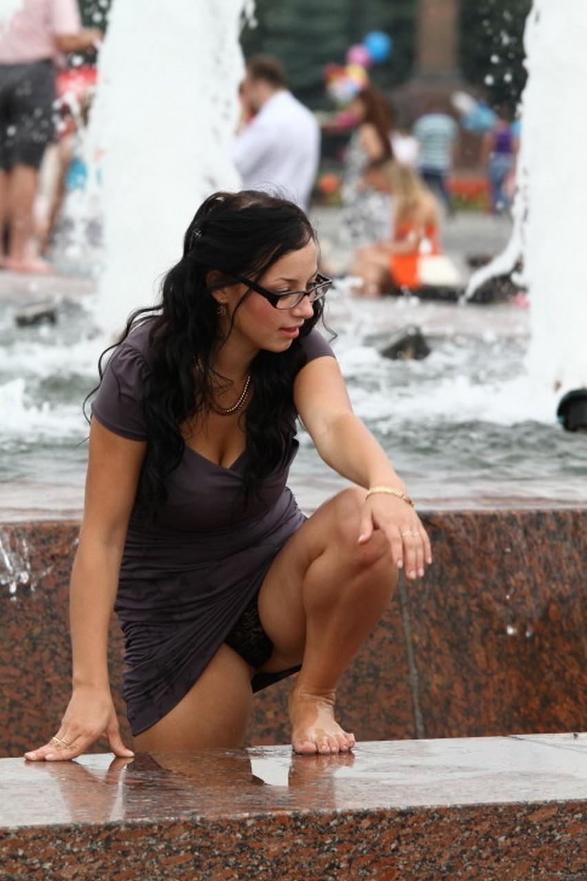 Брюнетка засветила в фонтане черные кружевные трусики