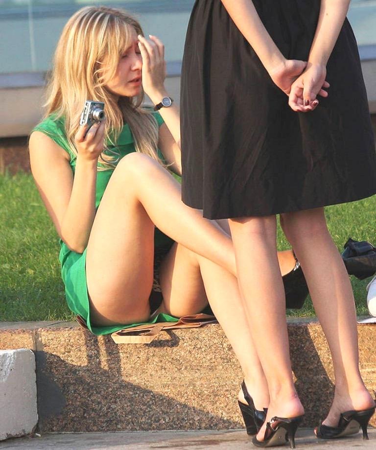 Блондинка в зеленом платье засветила черные кружевные трусики