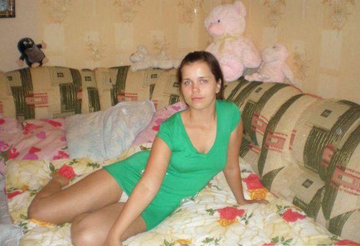 Брюнетка в зеленом мини-платье засветила белые трусики